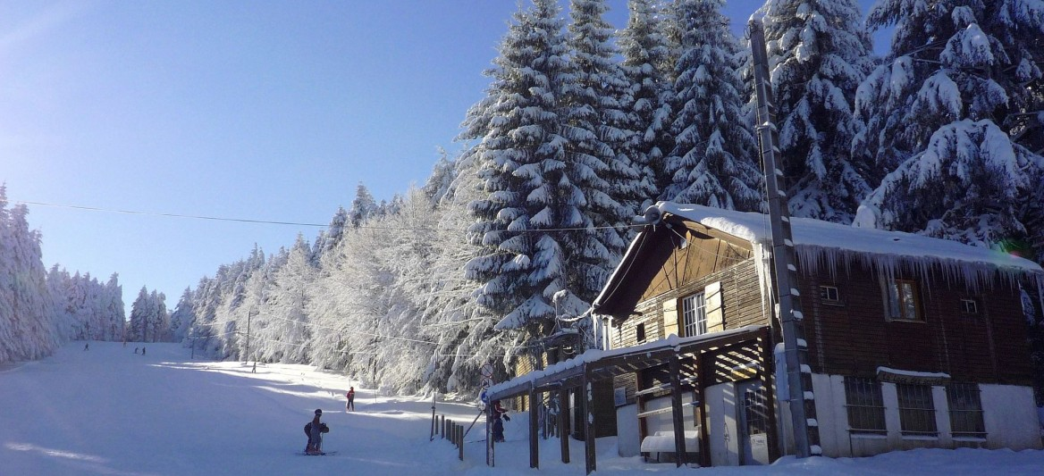 Skigebiete Auvergne: La Loge Des Gardes erstreckt sich an den Hängen des 1.164 Meter hohen Pierres du Jour, dem höchstgelegenen Punkt des Monts de la Madeleine. (#7)