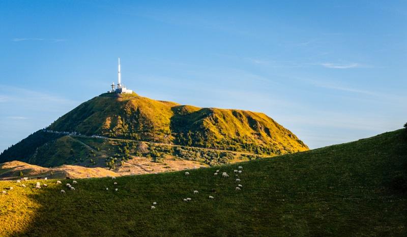 Der Puy de Dome ist der wohl schönste und bekannteste Gipfel in der Auvergne-Region. Er ist ein Ganzjahresziel. (#3)