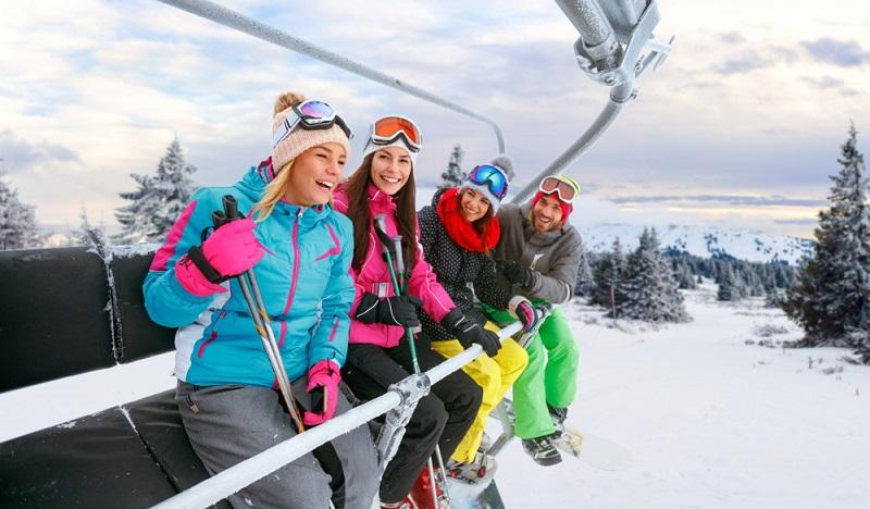 Die Auvergne ist im Winter ein Paradies für Skifans. Diese können Abfahrten herunter wedeln oder auch mit Schneeschuhen einmalige Landschaften erkunden. (#1)