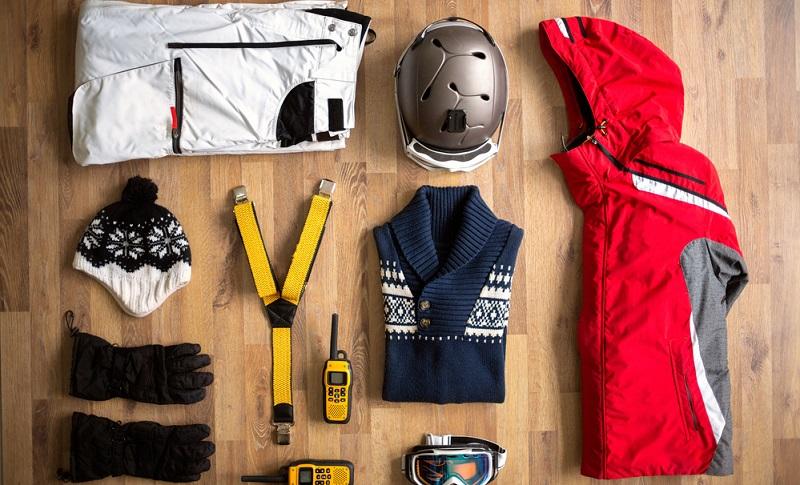 Ski, Skiausrüstung und Kleidung bekommen sicherlich das Hauptaugenmerk beim Packen für den Wochenendtrip in die weiße Winterlandschaft. (Fotolizenz- shutterstock_Lucky Business )