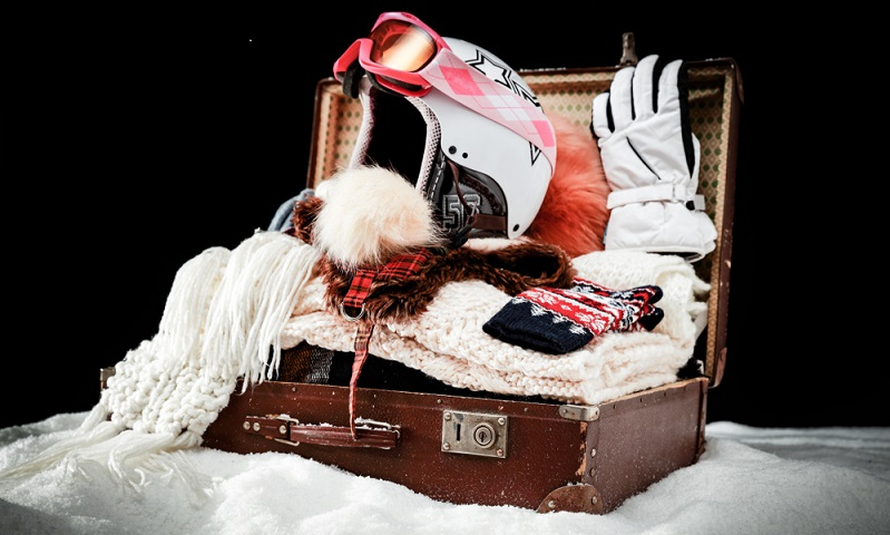 Zusätzliche Kleidung und Ausrüstung für Skitouren und für das Freeriden (Fotolizenz- shutterstock_S_Photo )
