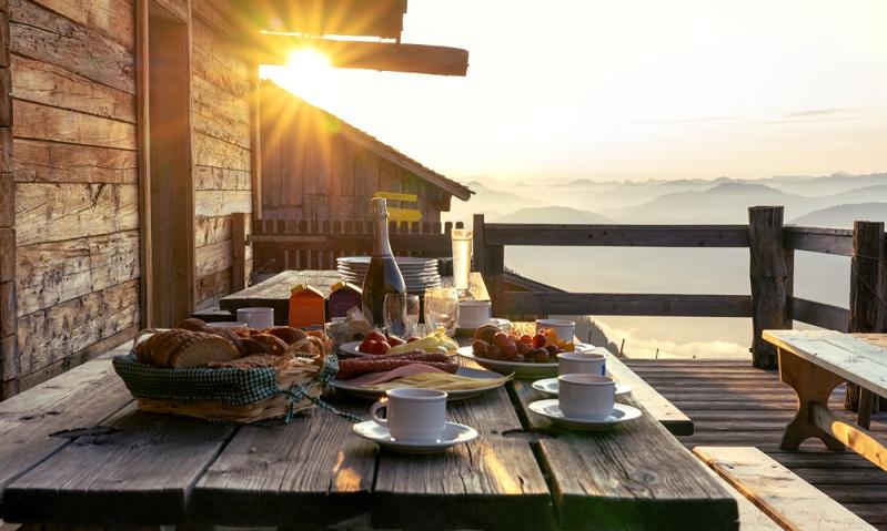 Für das Frühstück auf dem Berg sind vor allem Almhütten geeignet. (Foto: Shutterstock-berni0004)